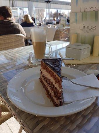 Islas Baleares, España: Ein Latte Macciato mit Schokoladenkuchen