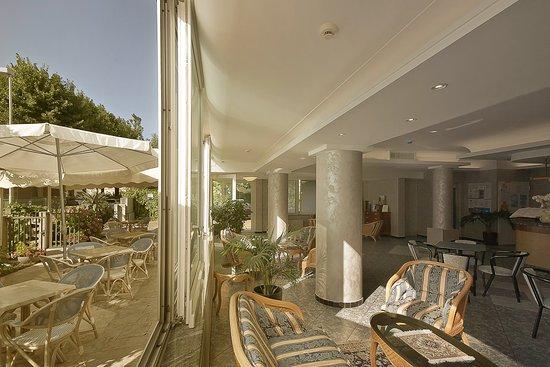 soggiorno e giardino all\'hotel Dasamo di Viserbella di Rimini - Foto ...