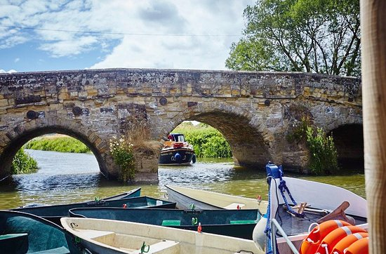 Newenden, UK: A few of our rowing boats and the beautiful listed bridge by us.