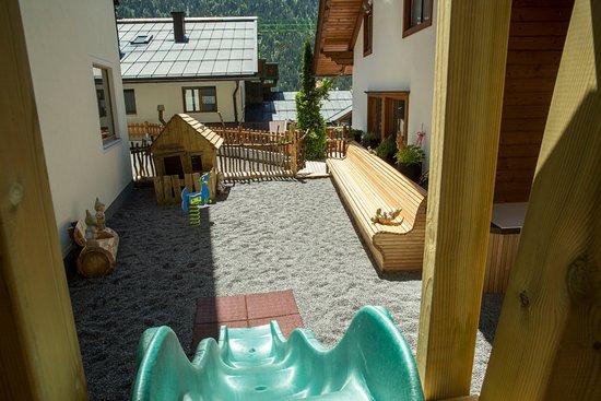 Nesselwaengle, Austria: Kinderspielplatz im Sommer direkt am Haus