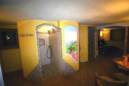 Nesselwaengle, Austria: Wellnessbereich mit Infrarotkabine und Finnischer Sauna