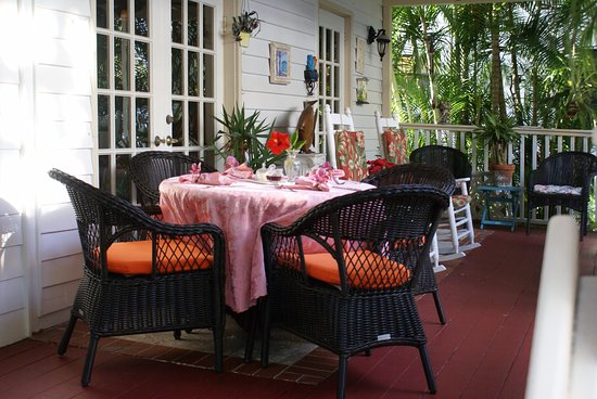 Sabal Palm House Bed and Breakfast Inn: Complimentary breakfast is served in our beautiful tropical courtyard.
