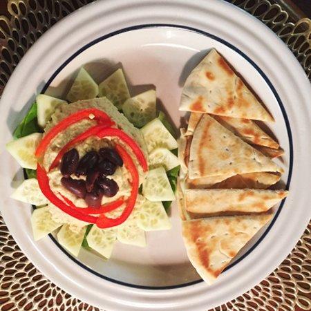 Tubac, AZ: Hummus w/Cucumber, Red Bell Pepper, Kalamata Olives & Pita