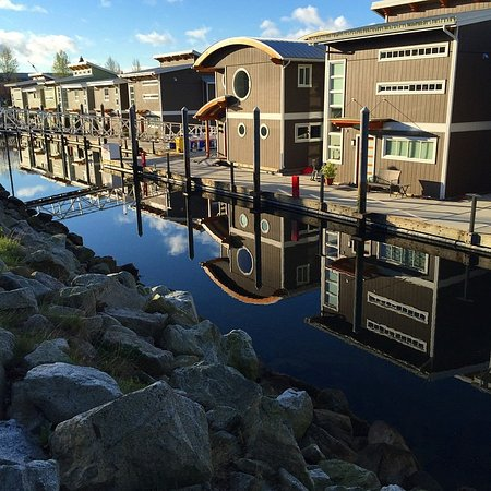 North Vancouver, Canadá: Float Home village at The Creek Marina