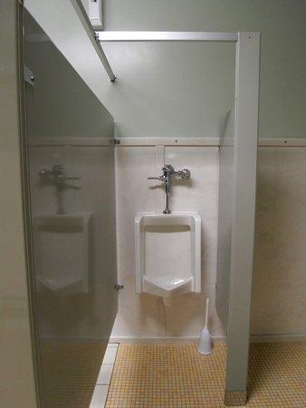 Manila, UT: Ein Urinal mit Klo - Bürste