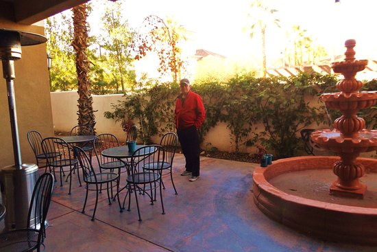 Holiday Inn Express Hotel & Suites Rancho Mirage - Palm Spgs Area : Small patio @ side