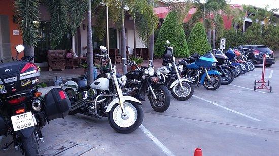 Amnauysuk Hotel: Parking
