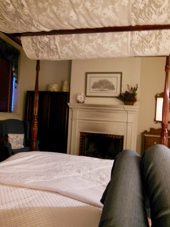 Scarborough Fair Bed & Breakfast: 42 and my first time sleeping on a canopy bed!
