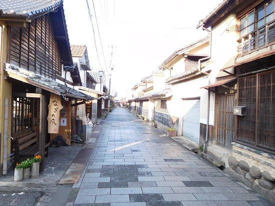Mamedamachi Shopping Street: 石畳の町並み