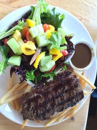 Golden, Canada: 山の上にあるレストランです。とっても雰囲気がよくオススメです。ソーセージもステーキもとっても美味しかったです。バーガーを頼んでいる人が多かったので、あれもきっと美味しかったと思います。見た目、