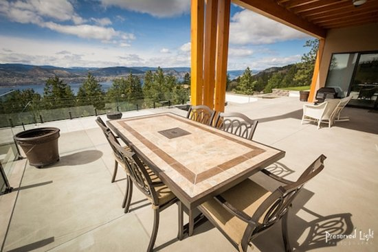 Naramata, Canadá: One of three locations to enjoy your breakfast in the morning sun