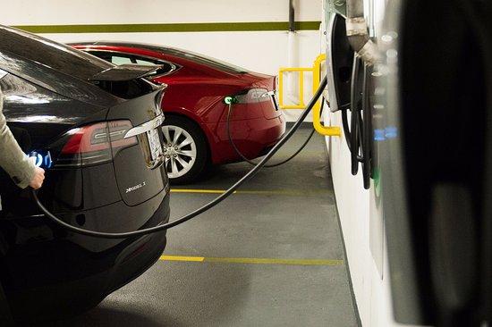 لودين هوتل: Battery Electric Vehicle benefits include free valet and charging