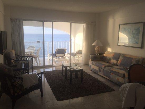 Coral Princess Golf & Dive Resort: Living/Dining/Patio