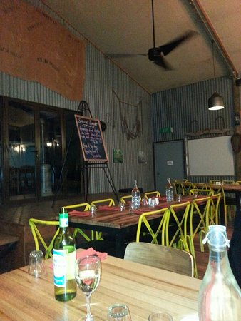 Woolshed Restaurant: Charming tables