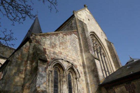 """Beaumont-en-Auge, France: Un petit tour main dans la main autour de l'eglise avec """"Petrouchka"""" !! A quand le mariage ?"""