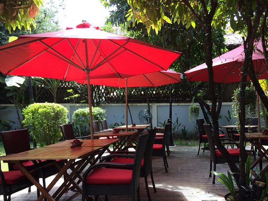 Heritage Suites Hotel: Lunch can be enjoyed next to the pool