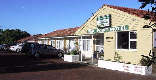 Emu Point Motel & Apartments: Entrance & Parking