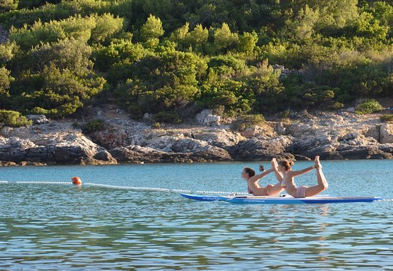 Island of Vis, Croácia: SUP Yoga at Sunset