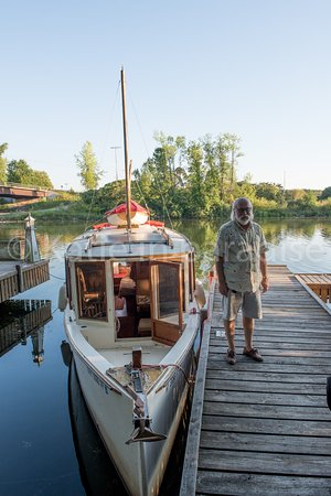 Pennellville, NY: Steve and his boat, you can book a cruise on the Erie Canal