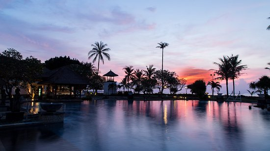 The Patra Bali Resort & Villas: Sunset over the bar and pool