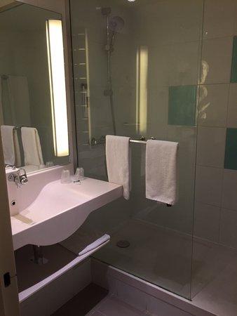 De modern ingerichte badkamer - Picture of Mercure Paris le Bourget ...