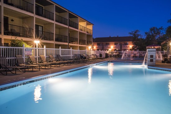 Best Western Ambassador Inn & Suites: Outdoor Pool Area