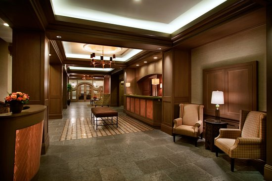 Hotel Chandler: The Lobby Area