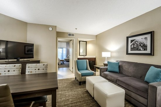Embassy Suites by Hilton Indianapolis - North: King Suite Sitting Area