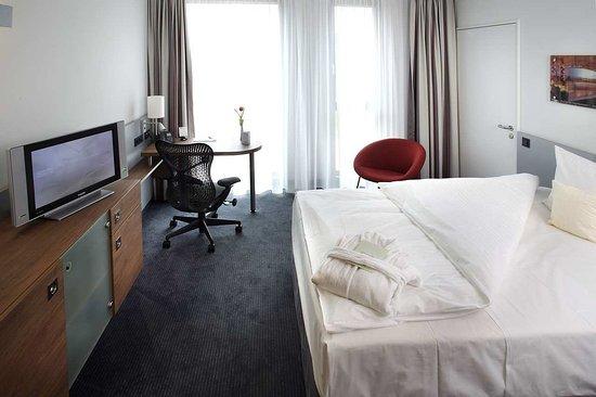 Hilton Garden Inn Stuttgart NeckarPark: Queen Evolution Room - Bedroom