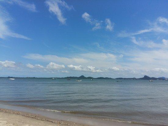 Itapoa, SC: Praia calma,  porém água escura.