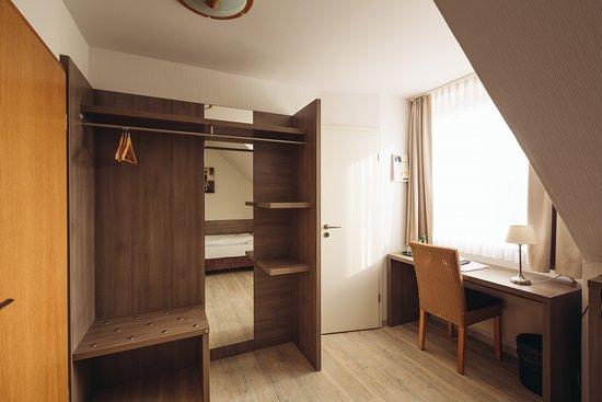 Schreibtischplatte ecke  Einzelzimmer mit großem Schreibtisch - Picture of Landgasthof Zur ...
