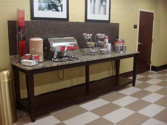 Hampton Inn Atlanta-Fairburn: Hot Breakfast Bar