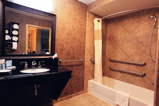Hampton Inn & Suites - Paso Robles : Double Queen Bathroom