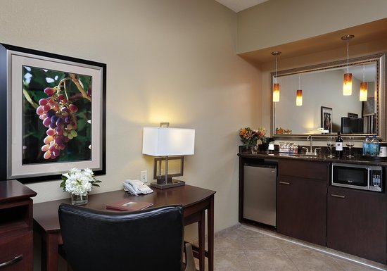 Hampton Inn & Suites - Paso Robles : Bar and Desk in Suite