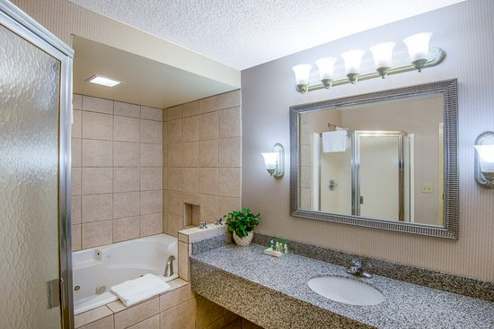 Riverton, WY: King Jacuzzi Suite Bathroom