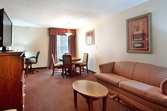 Holiday Inn Express & Suites- Sulphur (Lake Charles): Jacuzzi Suite Living Area