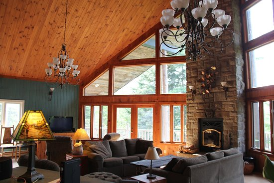 East Kemptville, Canada: Beaver Hall Living Room with Fireplace