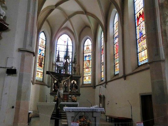 Church of St. James (Kostel sv. Jakuba): 教会内部、主祭壇とステンドグラス。