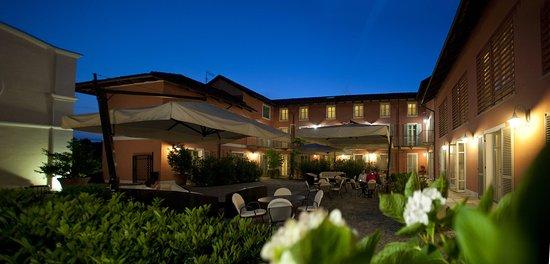 Benevello, إيطاليا: Courtyard