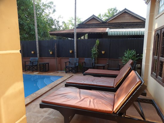 Shining Angkor Boutique Hotel: Relaxing by the pool