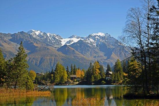 Lac de Champex en automne avec le massif des Combins