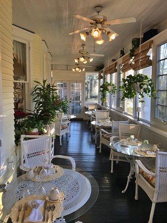 Edenton, NC: Lovely enclosed veranda - perfect spot for breakfast