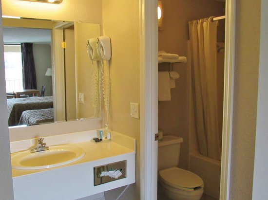 Somerset, KY: Two Double Beds Bathroom