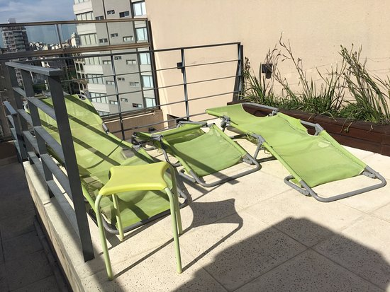 """Hotel Nontue: El """"zoom"""" con 3 reposeras rotas y una silla, solo te puedes sentar en el piso."""