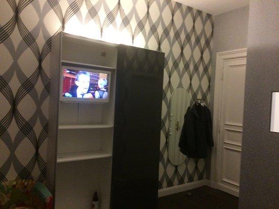 Fernseher im Kleiderschrank versteckt - Bild von Hotel 38, Berlin ...