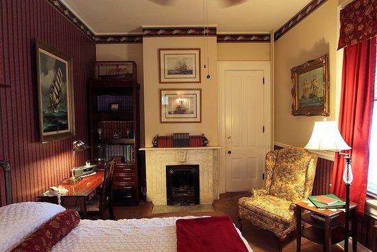 Pinehill Inn : Captain's Quarters, first floor room