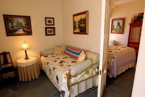 Pinehill Inn : Cottage Suite-two room suite, sleeps 3
