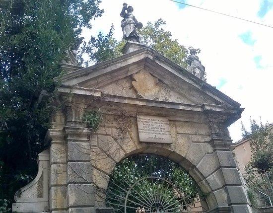 Arco d'ingresso del Collegio Tornacense