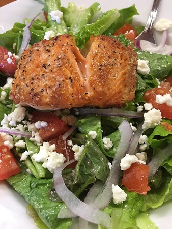 Saxapahaw, Carolina del Norte: Panseared salmon and salad