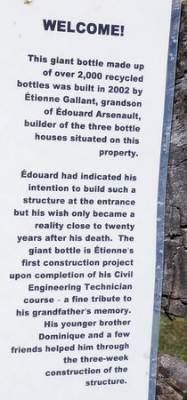 Wellington, Canadá: information about the Bottle houses in English.